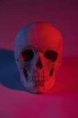 strašidelné lidské lebky s červeným světlem, dekorace Halloweenu