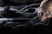 strašidelné lidské lebky na černém pozadí