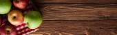 panoramatický výstřelový ubrus s čerstvými jablky na dřevěném povrchu s prostorem pro kopírování