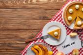 felülnézet sütőtök pite, érett alma és köszönöm kártya fa barna asztal, piros kockás szalvétára