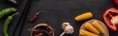 horní pohled na česnek, kukuřici, paprika, jalapenos a hůlky na dřevěném šedém povrchu, panoramatický výstřel