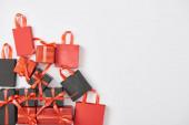 Ansicht von schwarzen und roten Geschenken und Einkaufstaschen auf weißem Hintergrund