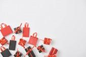 top view fekete és piros ajándékok és bevásárló táskák fehér háttér másolási hely