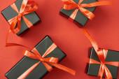 felső nézet fekete ajándék dobozok íjak és szalagok piros háttér