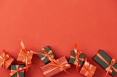 top view kis ajándék dobozok piros háttér másolási hely