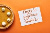 top view sütőtök pite és kártya, mindig van valami, hogy hálás legyen az illusztráció narancs háttér