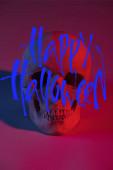 strašidelné lidské lebky v červeném osvětlení, Halloween dekorace s Happy Halloween ilustrace