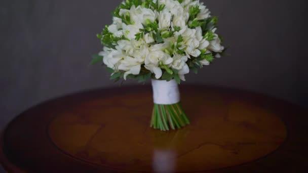 Svatební kytice je na stole. Kytice z růžových růží tyrkysové keramické vázy, kopie prostor
