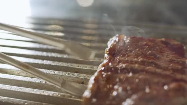 Grilované maso v grilování s plameny