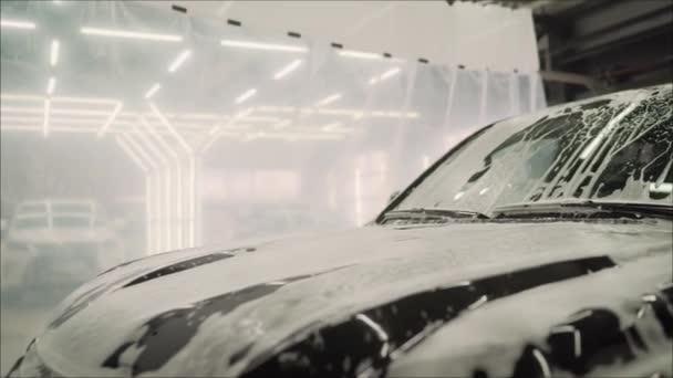 mytí auta s pěnou. Mytí aut s mýdlem.