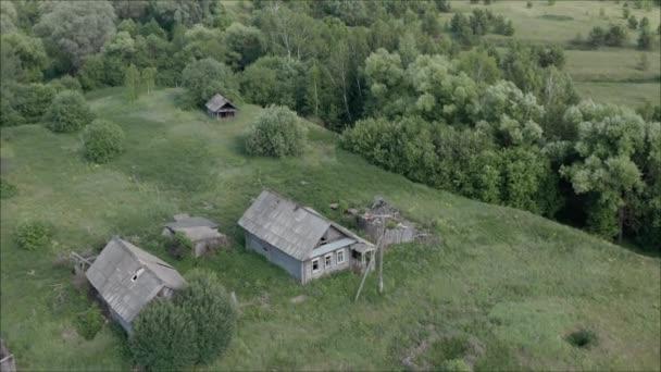 Elhagyott falu Oroszországban. A régi falu elpusztult. Régi elhagyott falu Oroszországban vett magasból