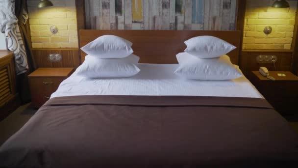 postel v hotelovém pokoji