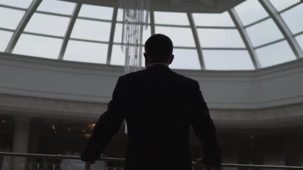 Porträt eines gutaussehenden jungen Geschäftsmannes in einem Einkaufszentrum. Geschäftsmann in einem Einkaufszentrum gegen das Fenster