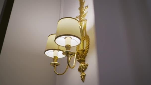 schöne Lampe an der Wand in einem Hotelzimmer.