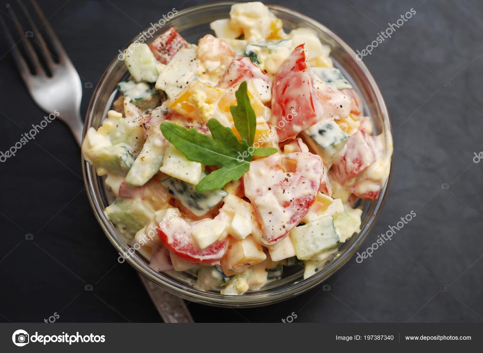 Salat Aus Gemüse Paprika Tomaten Gurken Eier Und Mayonnaise