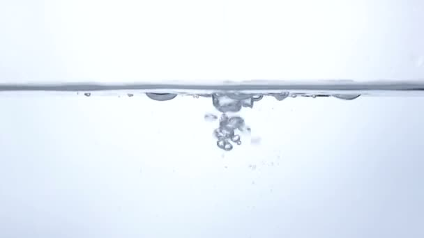 Acqua pulita e gocce dacqua al rallentatore