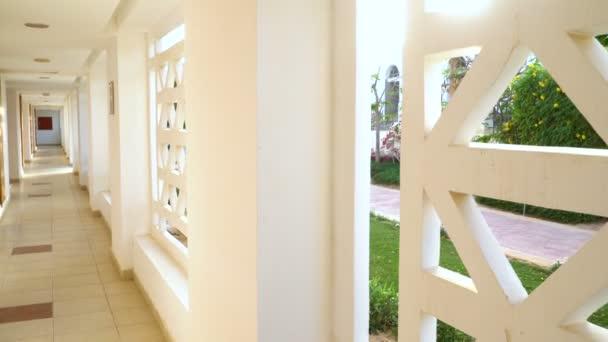 Disegno interno moderno del corridoio con pavimento e parete vuota. in hotel