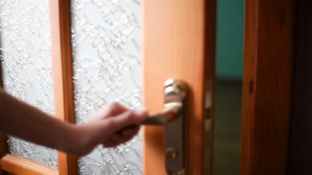 Ženy ruku otevřené dveře knoflíkem nebo otevření dveří