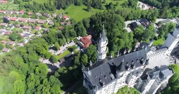 Luftaufnahme von Schloss Neuschwanstein bei grüner Sommerlandschaft. Deutschland