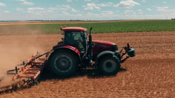 Letecká dron pohled červené tracor v pšeničné pole. Zemědělství a životní prostředí v Evropské unii.