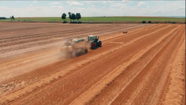 Letecký pohled na traktoru s kombajn, který dělá sázky sena. Sklizeň pšenice oblasti zemědělství a životního prostředí v Evropské unii. 4 k videa dron