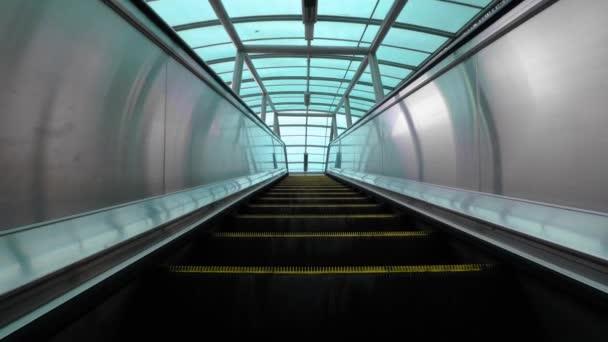 Přesouvání eskalátoru nahoru, technická, elektrická. Schody a eskalátory ve veřejné oblasti. 4k