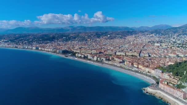 Letecký pohled na promenádě Nice Francie, Středozemní moře a výhledem na letiště. Město panorame. DRONY 4k videa