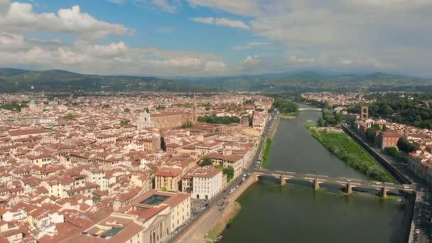 Letecký pohled na řeky Arno Starý most Ponte Vecchio, Florencie, Itálie