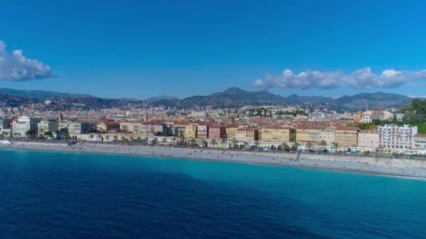 Letecký pohled na promenádě Nice Francie, Středozemní moře a výhledem na letiště. Celé město panorame. DRONY 4k videa
