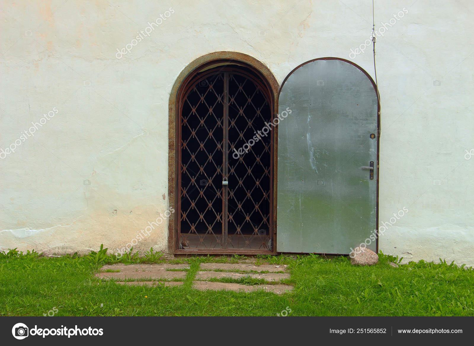 старая железная дверь ржавыми гриль закрыт висячего замка