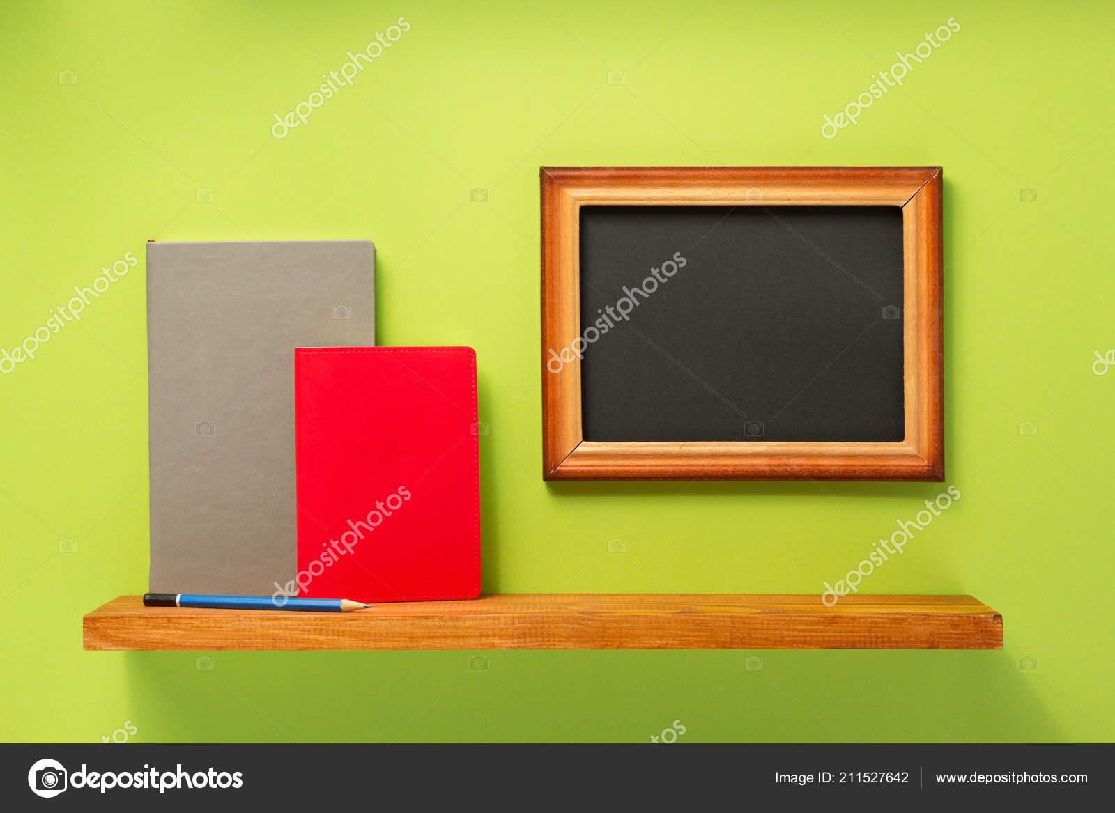 Libri Cornice Sulla Mensola Parete Sfondo Foto Stock Seregam