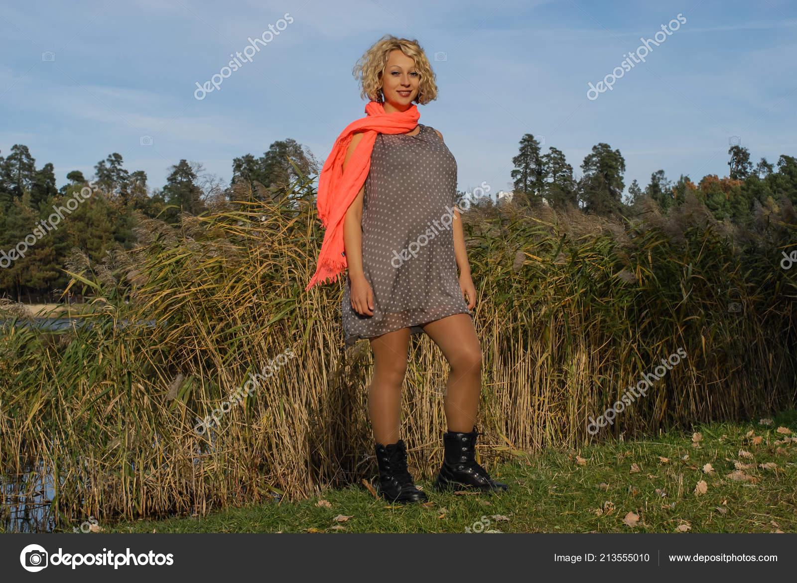 8b66c2df7bb0 Jeune Femme Enceinte Due Forme Foulard Orange Automne Parc Jolie — Photo