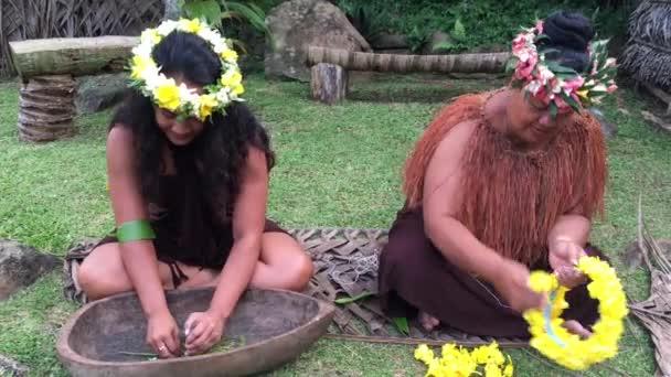 Két szakács Islander nők működik szabadtéri egy Maori falu, a Felvidéken Rarotonga, Cook-szigetek.