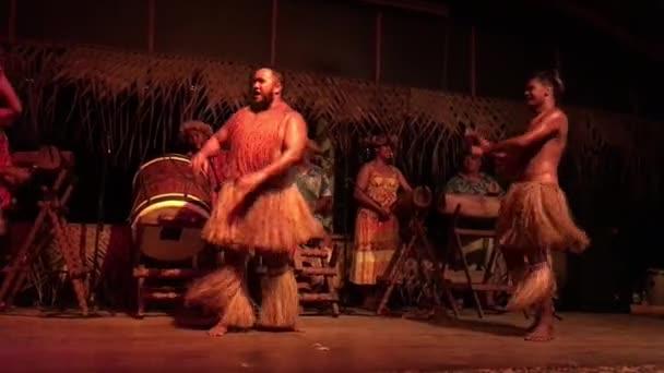olynesian Pacific Islands dance in spettacolo culturale a Rarotonga, Cook Eolie.il isolani sono della razza Maori legata a cultura e lingua di Maohi della Polinesia francese