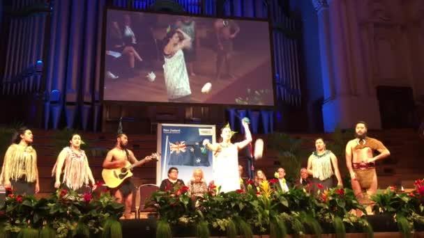 Új bevándorlók, Új-Zéland polgárság ünnepségen az Aucklandi városházával. A lakosság akarja, hogy a világ minden tájáról Új-Zélandra költözik száma nőtt jelentősen a 41 k az 1979-es 122 k 2015-ben.