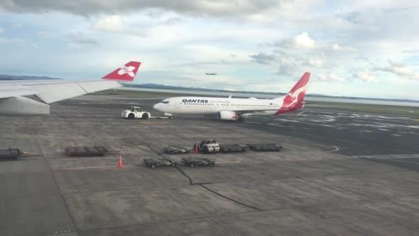 Auckland - 20 Nov 2018:Qantas Flugzeug in Auckland Airport.Qantas Airways ist die nationale Fluggesellschaft Australiens und die größte Fluggesellschaft von Flottengröße, internationale Flüge und internationalen Destinationen.