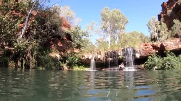 Landschaft Blick auf einen natürlichen Wasserfall und einen Pool in Pilbara Western Australia