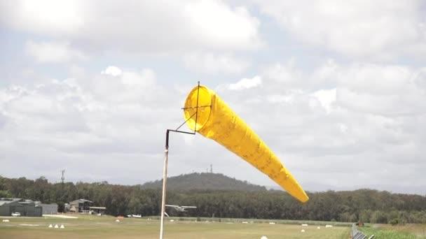 172 Skyhawk-Flugzeuge starten vom Flugplatz.Die Cessna 172 Skyhawk ist zweifellos eines der beliebtesten Flugzeuge der Welt und wird regelmäßig zum Flugtraining eingesetzt.