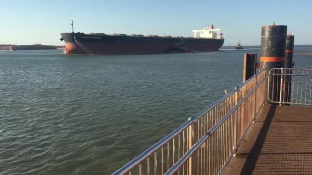 PORT HEDLANDS WA - ZZÚ 24 2019: Obchodní nákladní loď vplouvá do přístavu Hedland Pilbara Port Authority Western Australia