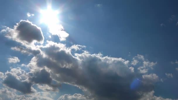 Blízká střela svíce mraků na pozadí jasně modré oblohy