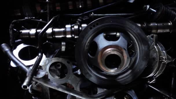 Autóalkatrészek, autómotor-alkatrészek és -javító berendezések a műhelyben