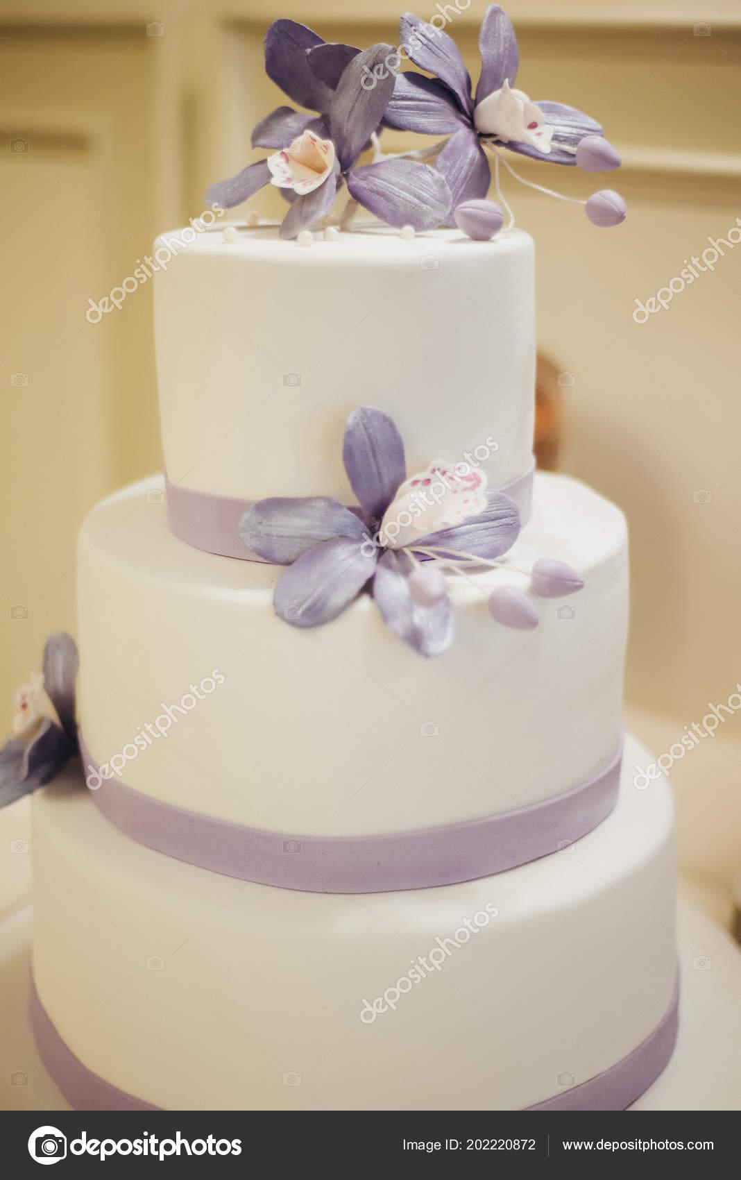 White Wedding Cake Flowers — Stock Photo © JuraJarema #202220872