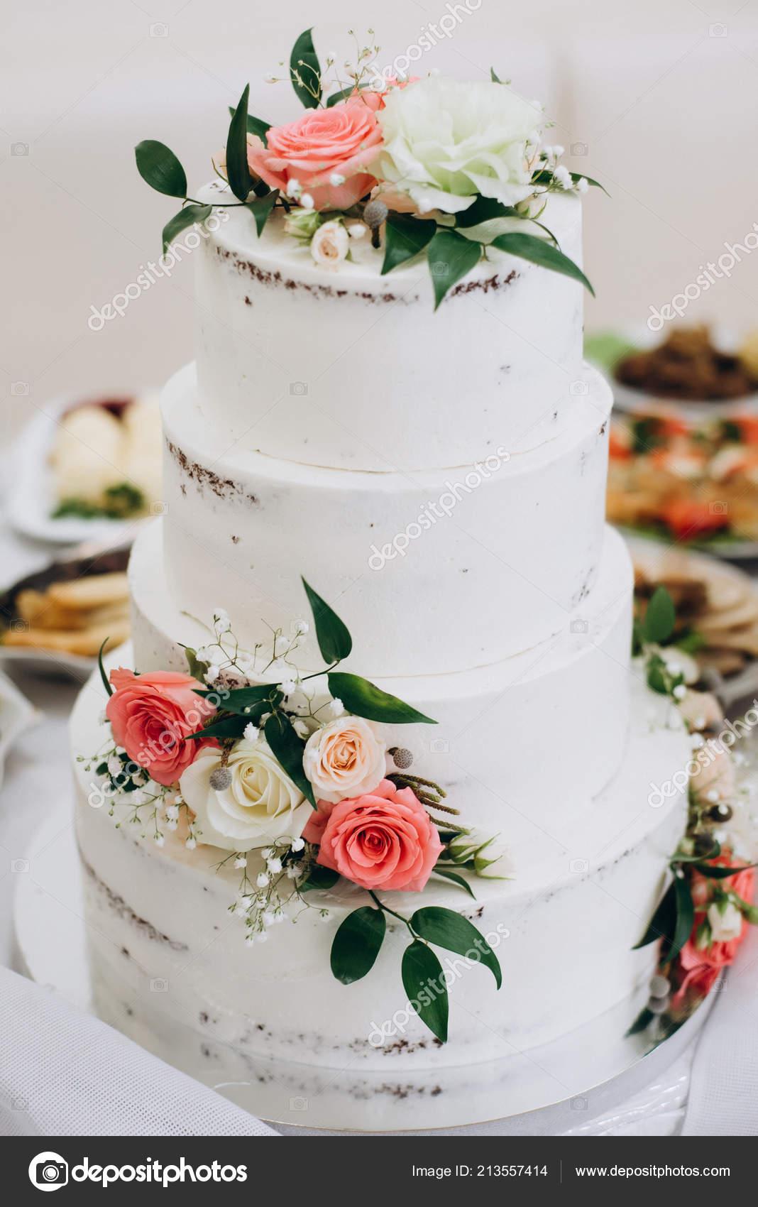 Gâteau Mariage Avec Des Fleurs Rouges Blanches