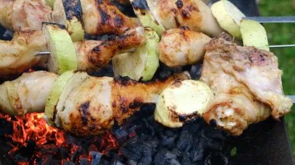 Uzavřete fritovací kebaby na špíně nad ohněm ve venkovním prostoru. Syrové maso se vaří na grilu na dřevěném uhlí. Grilování šťavnatého kebabu na grilu