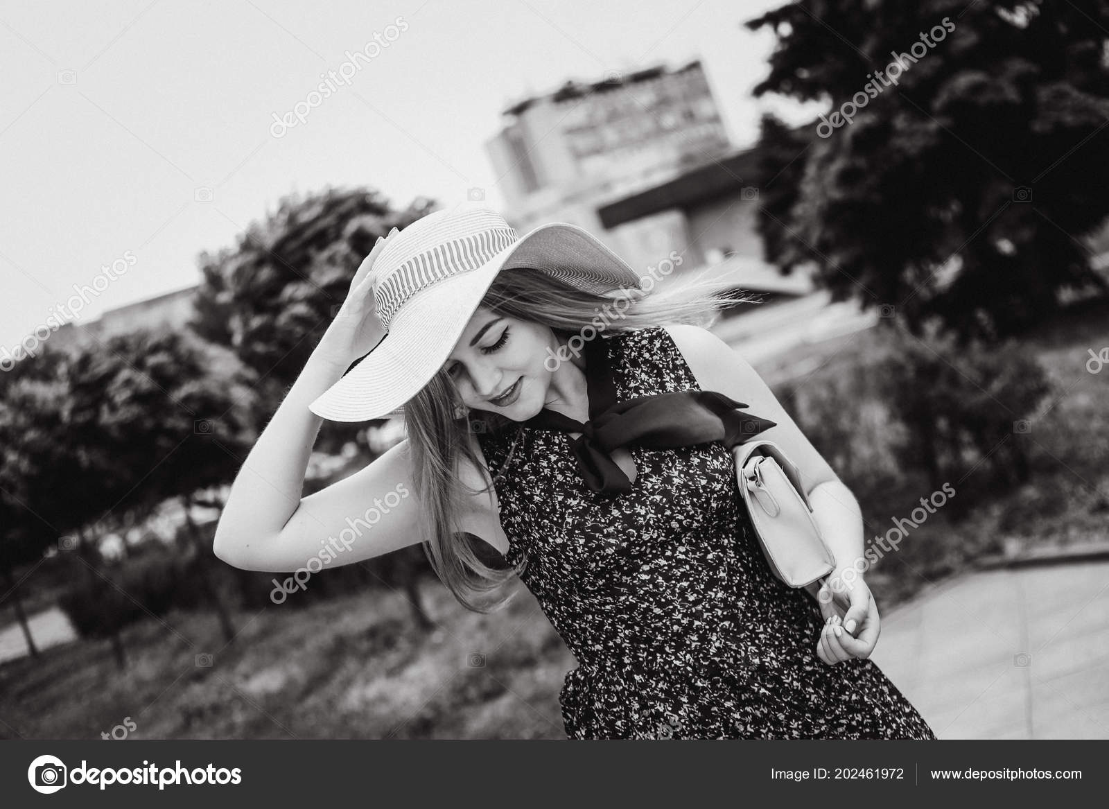 Tímida Jovencita Con Pelo Largo Bolso Mano Sostiene Sombrero — Foto de Stock 359b9f0772b1