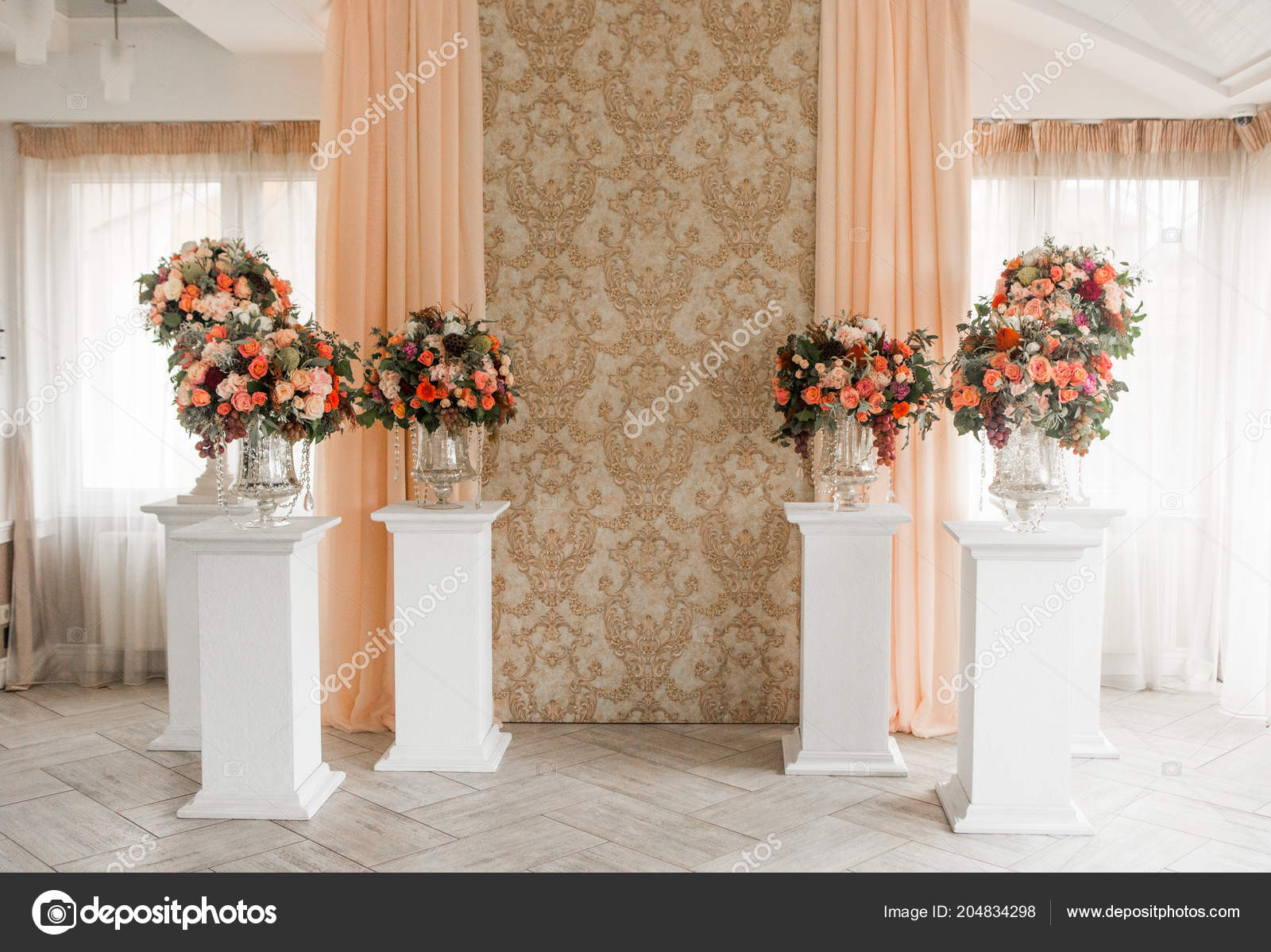 Dekoration Der Halle Hell Mit Fenster Mit Blumen Stoff Stockfoto