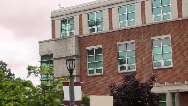 Zavedení shot moderní zděné budově nedaleko vysoké školy nebo instituce