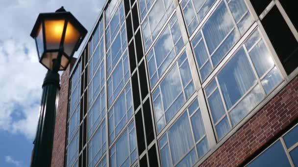 Zavedení shot moderní cihlové budovy s osvětlenou ulici v popředí