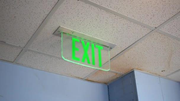 Zelená ukončení znamení v moderní hale