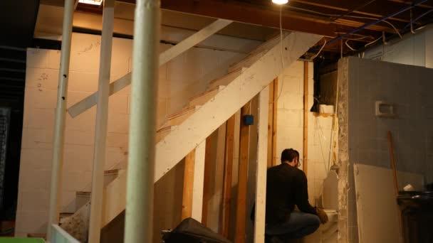 Dodavatel nebo instalatér se dívá na děravé WC během domova předělat